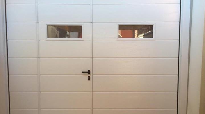 Porta sezionale con portina senza inciampo